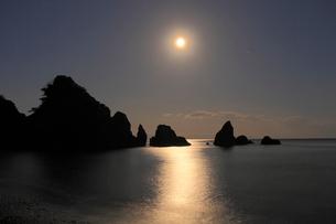 五色の浜の空に輝く月の写真素材 [FYI02681766]