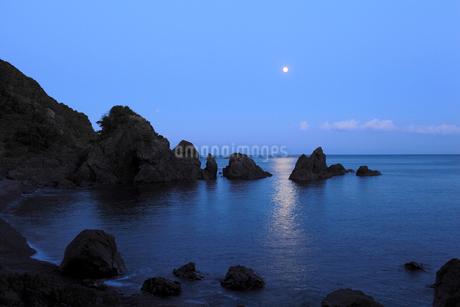 五色の浜の空に輝く月の写真素材 [FYI02681856]