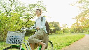 花畑で写真を撮る若い女性の写真素材 [FYI02681942]