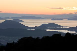 夕暮れの瀬戸内海の島々の写真素材 [FYI02682015]
