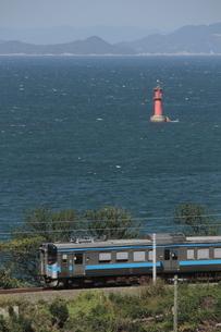 海辺を走るローカル列車の写真素材 [FYI02682019]