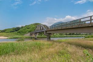 竹野川河口の木製橋の写真素材 [FYI02682054]