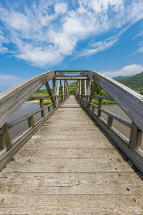 竹野川河口の木製橋の写真素材 [FYI02682064]