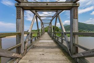 竹野川河口の木製橋の写真素材 [FYI02682093]