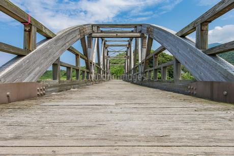 竹野川河口の木製橋の写真素材 [FYI02682109]