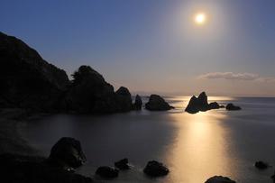 五色の浜の空に輝く月の写真素材 [FYI02682182]