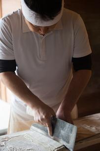 そばを打つ職人の写真素材 [FYI02682207]