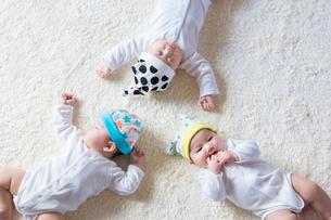 3人の日本人赤ちゃんの写真素材 [FYI02682222]