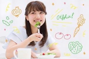 野菜を食べる女性のイラスト素材 [FYI02682253]