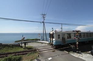 ローカル列車と伊予灘の写真素材 [FYI02682284]