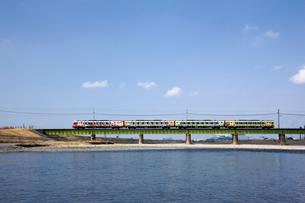 鉄橋を渡るアンパンマン列車の写真素材 [FYI02682289]