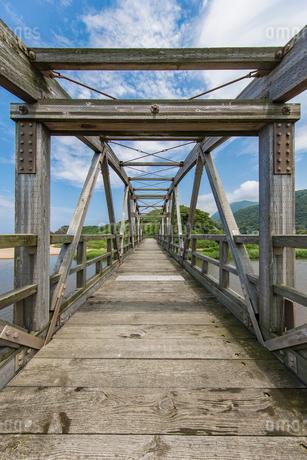 竹野川河口の木製橋の写真素材 [FYI02682295]