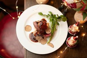 クリスマスディナーのフォアグラと牛ヒレ肉のステーキの写真素材 [FYI02682321]