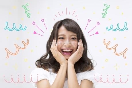 笑顔で両手を顔にあてる女性のイラスト素材 [FYI02682344]