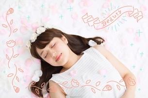 眠る女性のイラスト素材 [FYI02682347]