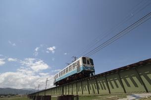鉄橋を渡るローカル列車の写真素材 [FYI02682360]