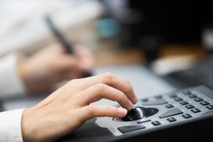 パソコンでコントローラーとペンでデザインする20代女性の写真素材 [FYI02682394]