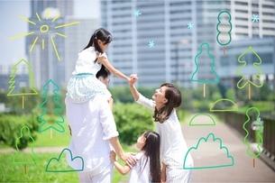 散歩する家族のイラスト素材 [FYI02682402]