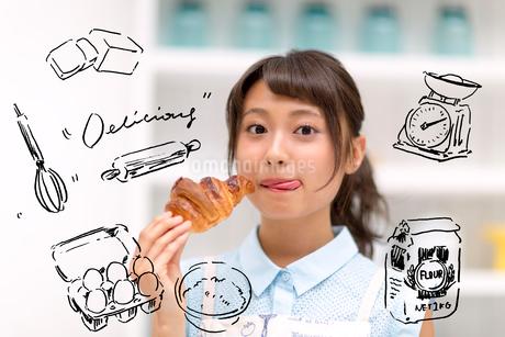 パンを食べている女性のイラスト素材 [FYI02682420]