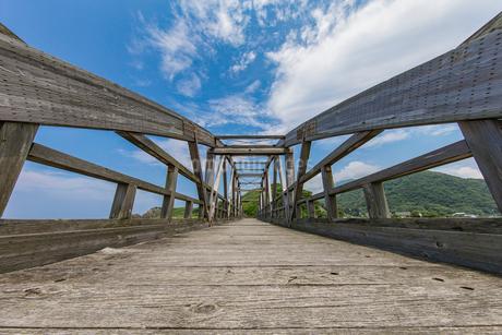 竹野川河口の木製橋の写真素材 [FYI02682430]