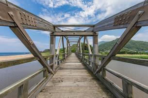 竹野川河口の木製橋の写真素材 [FYI02682433]