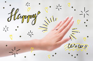 指輪をはめている手のイラスト素材 [FYI02682466]