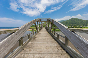 竹野川河口の木製橋の写真素材 [FYI02682473]