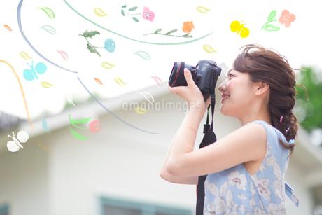 カメラで撮影する女性のイラスト素材 [FYI02682475]