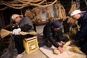 冬の農閑期にしめ縄作りする70~80代男性の写真素材 [FYI02682483]