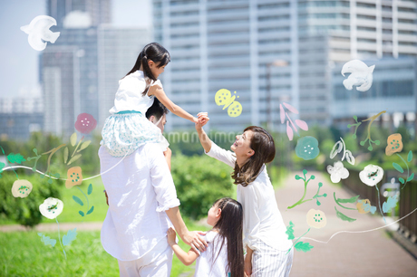 外を散歩する家族のイラスト素材 [FYI02682508]