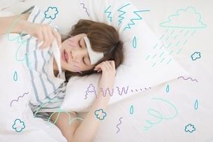 熱を出して寝込む女性のイラスト素材 [FYI02682510]