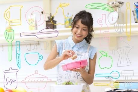 お弁当を作る女性のイラスト素材 [FYI02682523]