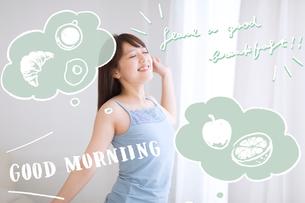 朝に伸びをする女性のイラスト素材 [FYI02682527]
