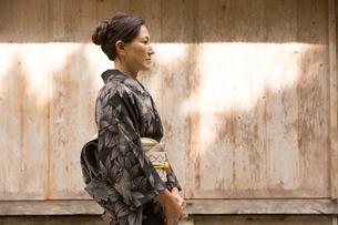 大島紬を着てポーズする40代女性染色家の写真素材 [FYI02682530]