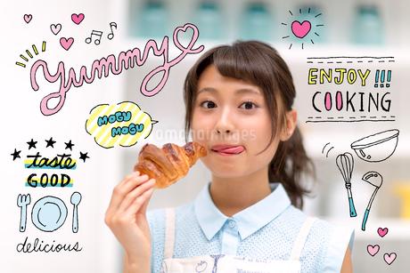 パンを食べる女性のイラスト素材 [FYI02682544]