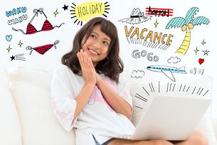 旅行の計画をしている女性のイラスト素材 [FYI02682560]