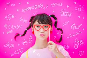 メガネをつける女性のイラスト素材 [FYI02682568]