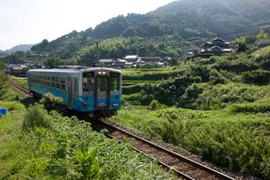 夏の伊予路を走るローカル列車の写真素材 [FYI02682584]