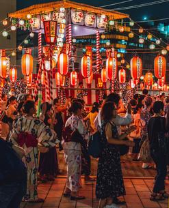 築地本願寺納涼盆踊り大会で踊る人たちの写真素材 [FYI02682597]