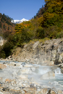 秋の黒部峡谷 祖母谷温泉の源泉地帯の写真素材 [FYI02682601]