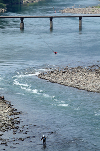 仁淀川に架かる浅尾沈下橋と釣り人の写真素材 [FYI02682607]