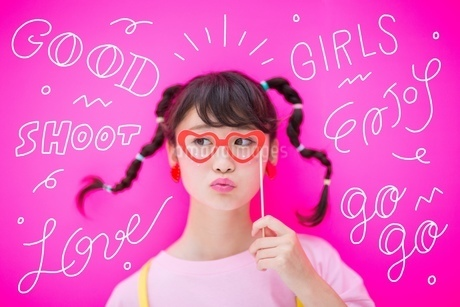 メガネをつける女性のイラスト素材 [FYI02682614]