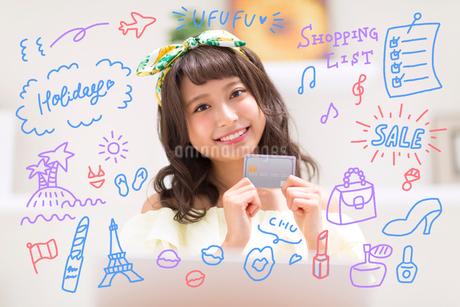 カードを持つ女性のイラスト素材 [FYI02682617]