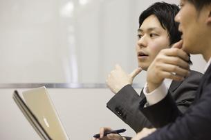 会議するビジネスマンの写真素材 [FYI02682634]