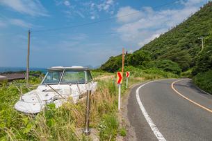 国道脇に捨てられたボートの写真素材 [FYI02682659]