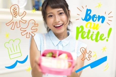お弁当を作る女性2のイラスト素材 [FYI02682688]