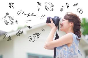 カメラで撮影する女性3のイラスト素材 [FYI02682696]