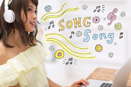 音楽を聴いている女性のイラスト素材 [FYI02682708]