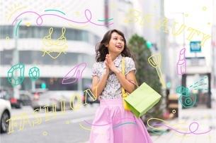 ショッピングをする女性のイラスト素材 [FYI02682717]
