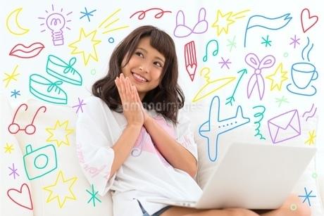 笑顔で考えている女性のイラスト素材 [FYI02682724]